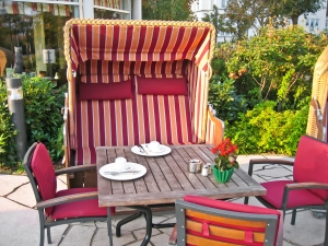 lunch-in-a-roofed-beach-chair-1367130-m